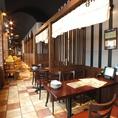 【6名席半個室】店内中央付近にある6名席です。中央付近は周囲とのお客様との接点がもっとも少ないお席ですので落ち着いたご飲食がお楽しみいただけます。ご宴会も3000円~ご用意しており、ご予算に応じた内容変更もいろはならいつでも大歓迎!鍋はいらないんだよなぁなんて時も札幌駅前店は別料理でご対応できます♪