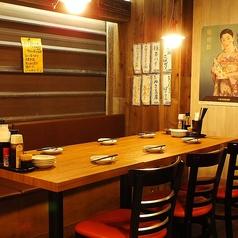 6名様用のテーブル席。仲間内のご宴会や仕事帰りにオススメのお席です。5名様でも対応します。