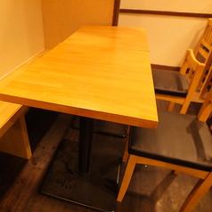 2名~5名様までお座り頂く事が可能となります。ご来店人数に応じてお席の配置も変更できますのでお気軽にお申し付け下さい。