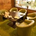 ソファー席が並ぶホテルラウンジのようなラグジュアリーな店内