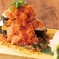 料理メニュー写真サーモンといくらのこぼれ寿司