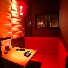 2Fの赤色の照明のソファー席☆赤いソファーがお洒落♪