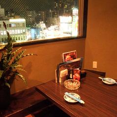 個室の窓からは素敵な夜景を望む人気席!