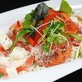 料理メニュー写真チーズまみれのスライストマト