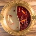 料理メニュー写真おしどり鍋(麻辣スープ+白湯スープorトマトスープorキノコスープ)