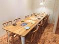 奥のテーブルはつなげて10名様OK。移動式のテーブル席なので様々な人数様に対応できます。ご宴会コースは飲み放題付2980円~ご用意あり。女子会・結婚式2次会・会社の飲み会・サプライズ・誕生日・記念日など様々な用途で使えます!