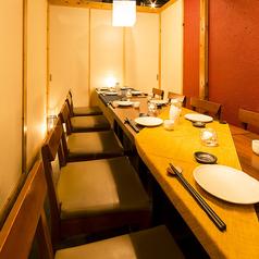 【12~16名様用テーブル席】赤を基調としたデザインが目を引く、中人数様向けの個室席。