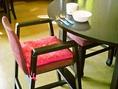 お子様用の椅子もございますので、ご家族でも安心してテーブル席をご利用いただけます。