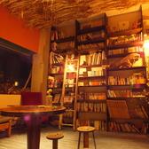 【図書室】雑誌や文庫本、写真集、ビジネス本など、様々な本をご準備しております。お一人でご来店の方のみご利用頂けるスペースです。