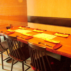仕事帰りの飲み会に最適なテーブル席♪ビストロを味わえる最高の雰囲気!天井からインパクト大のしまうまの皮が掛けられておりお洒落な空間が魅力。デートや誕生日会、女子会など幅広いシーンで大人気です!しまうまでこだわりの肉料理をゆったり寛ぎながら楽しんでみてはいかが?