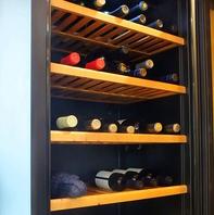 シェフがこだわりぬいたワインの数々…