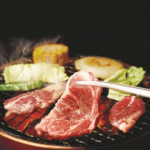 ラム初心者でも食べやすい網焼きジンギスカンを牛角で!牛角のラムは生後4~7ヶ月のニュージーランド産の子羊を使用しているため、クセがなく食べやすくなっております!お野菜と一緒にご堪能ください♪
