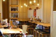 大衆酒場のワイガヤ感を味わえる開放的なテーブル席です。大衆酒場と言えども清潔感や女子ウケはかなり気をつかっています!