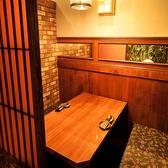 間接照明がほんのり照らす暖かい雰囲気の個室はおしゃれで女性にも好評の個室席となっております。2名様の個室希望でもご相談ください。デートやディナーなどに最適な個室空間♪ゆったり座れる空間だから、これからお近づきになりたい人とも、仲良しカップルでも使い勝手の良いシート席です。