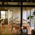 大きな窓から差し込む日差しが店内を明るくして、落ち着きのある空間を作り出します。テーブルや椅子はやさしい木材で統一してご用意。ご利用人数に応じてお席のレイアウトを変更できますのでお気軽にお申しつけくださいませ!