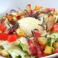 料理メニュー写真半熟玉子と厚切カリカリベーコンのシーザーサラダ