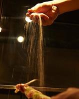 天空から降注ぐ塩が厳選素材を惹きたて今宵の味しるべ