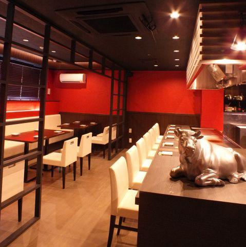 落ち着いてお食事のできるテーブル席、個室(チャージ3000円)もあります。シーンに合わせてご利用下さい。