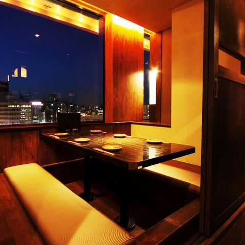 【夜景の見える個室】 飯田橋駅のライトUP、トレインビュー、人気の個室をご用意。2~8名様まで全8個室。ご予約の際は【夜景の見える個室】でお取りください。