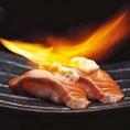 ◆旨味をしっかり閉じ込めた「炙り」◆炙ることによって、旨味をしっかり閉じ込め、素材本来の美味しさをより引き立てます♪さっぱりとしたネギ塩炙り、焼き目が香ばしい炙り鯖の押し寿司、贅沢な本まぐろとろ炙りなど、頬が緩んでしまいます★珍しいサーモンタルタル炙りやえびガーリック炙りもオススメです!