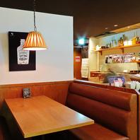 落ち着いた雰囲気の開放的なテーブル席♪