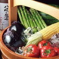 【新鮮野菜】全国から取り寄せる旬の野菜、コラーゲンたっぷりの水炊き鍋など約50種の地酒や焼酎とともにご堪能ください。