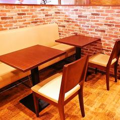 ゆったりとしたテーブル席。