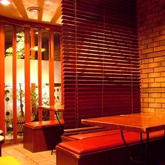 1階:テーブル席。テラスで飲むお酒は格別