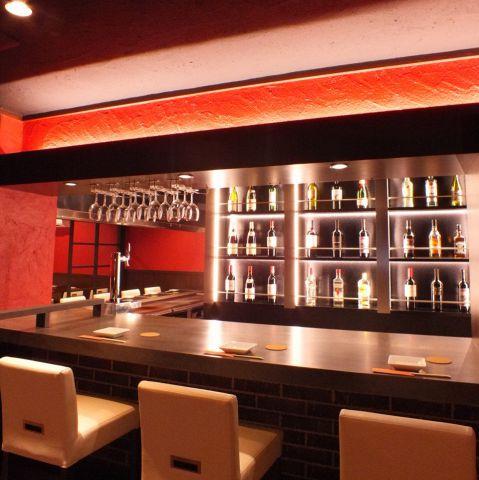 食材が鉄板の上で豪快に調理されてゆく様子を、間近で見られるのも鉄板肉バルの楽しみの一つです。シェフがお客様の目の前で華麗に調理致します。