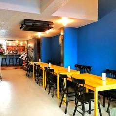 4名席(テーブル)が充実★隣同士のテーブルをくっつけるのも可能なのでご安心ください☆コバルトブルーの壁に囲まれたキュートでさわやかな空間のお店。まさにロハスな気分が味わえるかも!?