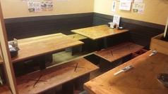 4~10名様まで収容。落ち着いた雰囲気のテーブル席。