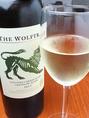 ≪白ワイン≫ ブーケンハーツ ウルフトラップ ホワイト(南アフリカ産・香り豊かな辛口)アーモンド、りんごの花、スパイスなどの香り。3種類のブドウを使うことで、品種の個性が混ざり合った複雑味のある面白いワインとなっています。グラス600円/ボトル3600円