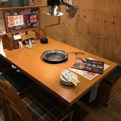 片側がベンチシートのテーブル席です。2名様から4名様のお席です。