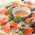 料理メニュー写真エビとスモークサーモンのシーフードサラダ