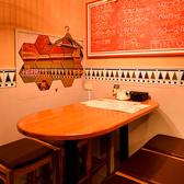 店内奥には6名様までご利用いただけるテーブル席をご用意しています。角のない楕円テーブルは向かいあったお席の方とも距離感ゼロのおしゃべりタイムを実現♪女子会や気の置けないお友達とワインを片手にお愉しみください。