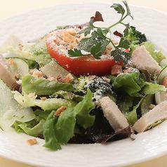 料理メニュー写真蒸し鶏のシーザーサラダ