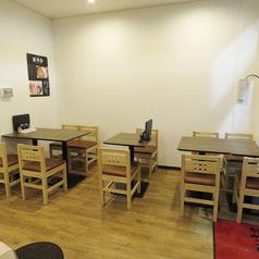 【テーブル席】移動可能なテーブル席。少人数から大人数まで様々なシーンにご対応いたします。
