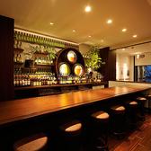 ウイスキーの熟成をモチーフにした樽が象徴的なカウンター席