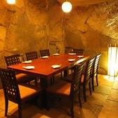 巨石をあしらった雰囲気の良いテーブル