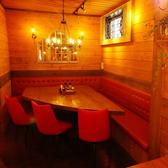 隣のお席と少し離れた壁際の席。周りを気にせずお食事★
