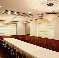 【8~20名のお集まりに】壁・扉付きの完全個室で、周りを気ににすることなく親しい方との会話や、お食事をお楽しみ頂けます。【ご利用プラン】ビヤホールのおすすめお料理に、老舗ビヤホールの生ビール飲み放題をお付けした特別プランを承ります。【ご利用可能時刻】12:00~14:00又は17:00~20:00の間の2時間です。