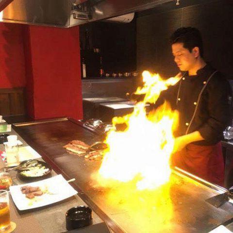 鉄板バルだからこそ間近で見て、感じていただける、炎のパフォーマンス!強い火力で一気に焼き上げるお肉は、旨味がギュッと詰まっています!