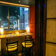 新宿の夜景が見下ろせるオシャレシート♪新宿での飲み会をオシャレな時間にしたいのであればこちらの席がオススメです♪夜景を眺めることの出来るこちらのお席は、大人気の席となっています!先着1組様限定とですので、お早めのご予約をオススメ致します♪
