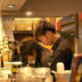 オープンキッチンが自慢のカウンター席は10名様までご利用可能です。気ままにおしゃべりしたり、目の前で作られるお料理に目を向けたりと、同僚の方とのお食事などにおすすめです。