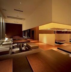 団体様も安心のテーブル席 テーブル席は掘りごたつ式のため、幅広いお客さまからも求められております。またテーブルをつなげて最大30人様のご宴会シーンにも使用いただいております。