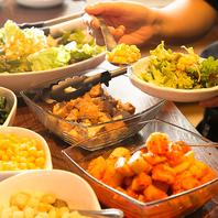 ランチはサラダ、スープ、ライス、おかずがおかわり自由
