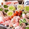 お野菜を沖縄県産豚バラ肉でぐるっと巻いた【野菜巻き串】。レタス巻き、万能ねぎ、アスパラ巻き、ベーコントマト巻き、豚しそチーズなど・・・当店名物【野菜巻き串】をぜひ、お楽しみ下さい!!