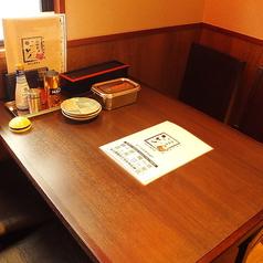 大阪名物が人気の居酒屋「いっとく阪急三番街」のお席のご紹介】最大4名様までご利用頂けお席です♪女子会にもおすすめ◎下町情緒あふれる和やかな雰囲気の店内で落ち着いてお食事をお楽しみ頂けます☆