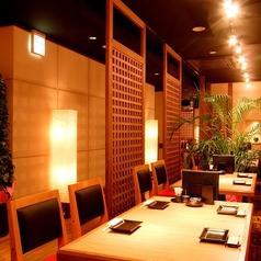 赤と黒を基調とするテーブル席。4名テーブルをつなげて最大35名様のご宴会にも使っていただけます。