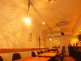 白を基調とした店内にテーブル席が14席です。貸切にも対応いたします。毎月の紅茶の講習会や不定期のボサノバのライブも開催しています。
